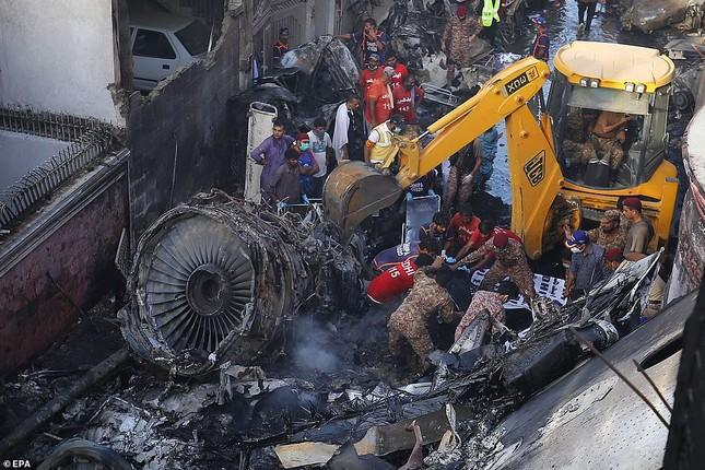 Máy bay rơi trúng khu dân cư Pakistan: 97 người thiệt mạng, chỉ 2 người sống sót ảnh 2