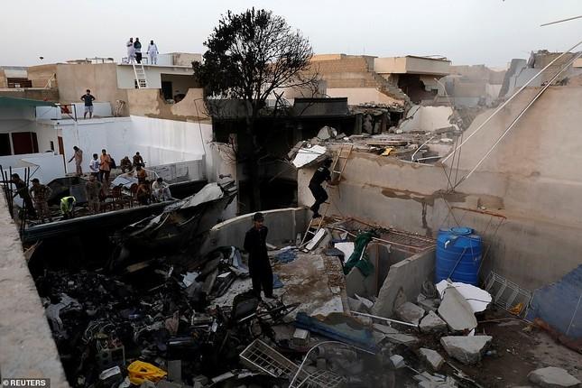 Máy bay rơi trúng khu dân cư Pakistan: 97 người thiệt mạng, chỉ 2 người sống sót ảnh 3