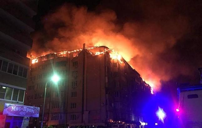 Nga: Tòa chung cư 8 tầng cháy kinh hoàng trên tầng áp mái ảnh 2