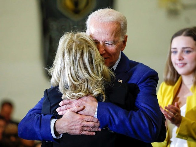 Vợ ứng viên Tổng thống Joe Biden: Từng làm bồi bàn, kết hôn lần đầu năm 19 tuổi ảnh 9