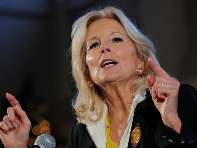 Vợ ứng viên Tổng thống Joe Biden: Từng làm bồi bàn, kết hôn lần đầu năm 19 tuổi ảnh 2