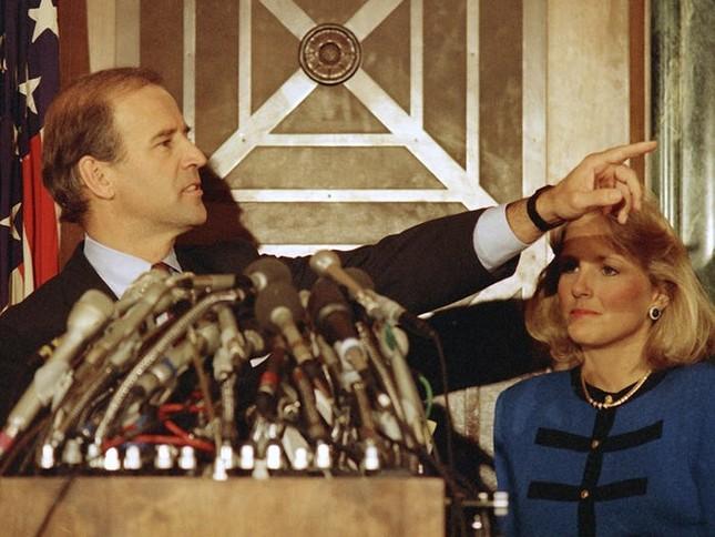 Vợ ứng viên Tổng thống Joe Biden: Từng làm bồi bàn, kết hôn lần đầu năm 19 tuổi ảnh 6