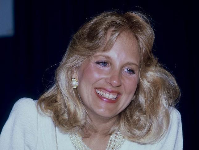 Vợ ứng viên Tổng thống Joe Biden: Từng làm bồi bàn, kết hôn lần đầu năm 19 tuổi ảnh 1