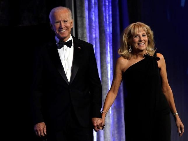 Vợ ứng viên Tổng thống Joe Biden: Từng làm bồi bàn, kết hôn lần đầu năm 19 tuổi ảnh 8