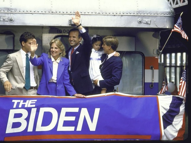 Vợ ứng viên Tổng thống Joe Biden: Từng làm bồi bàn, kết hôn lần đầu năm 19 tuổi ảnh 11