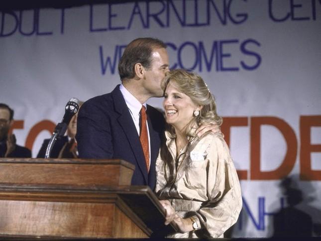Vợ ứng viên Tổng thống Joe Biden: Từng làm bồi bàn, kết hôn lần đầu năm 19 tuổi ảnh 5