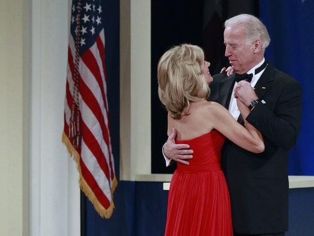 Vợ ứng viên Tổng thống Joe Biden: Từng làm bồi bàn, kết hôn lần đầu năm 19 tuổi ảnh 7