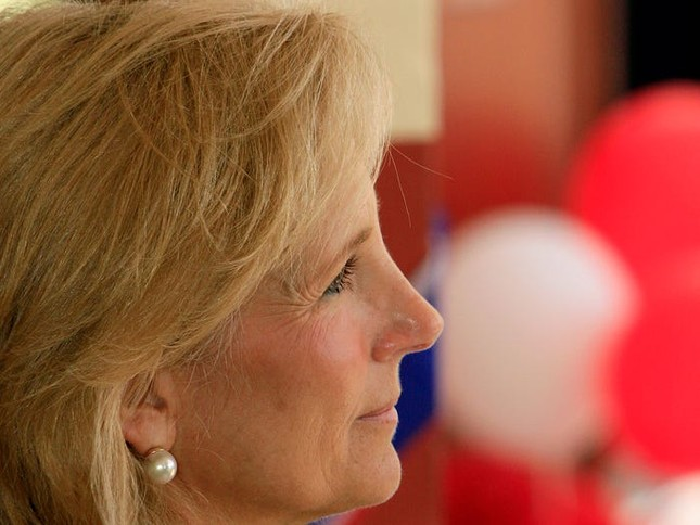 Vợ ứng viên Tổng thống Joe Biden: Từng làm bồi bàn, kết hôn lần đầu năm 19 tuổi ảnh 3