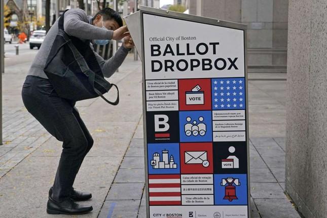 Bắt người đàn ông châm lửa đốt thùng phiếu bầu cử Mỹ ảnh 1