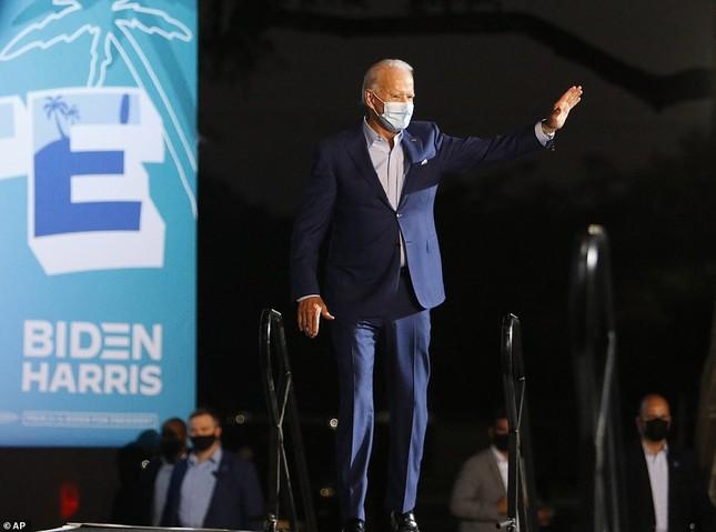 Ông Joe Biden đội mưa vận động cử tri ở bang chiến địa ảnh 4