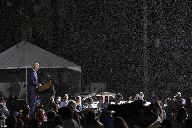 Ông Joe Biden đội mưa vận động cử tri ở bang chiến địa ảnh 6