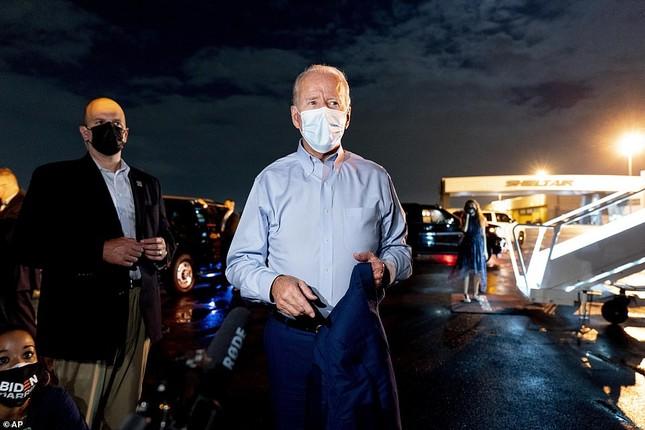 Ông Joe Biden đội mưa vận động cử tri ở bang chiến địa ảnh 5