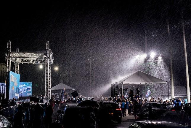Ông Joe Biden đội mưa vận động cử tri ở bang chiến địa ảnh 7