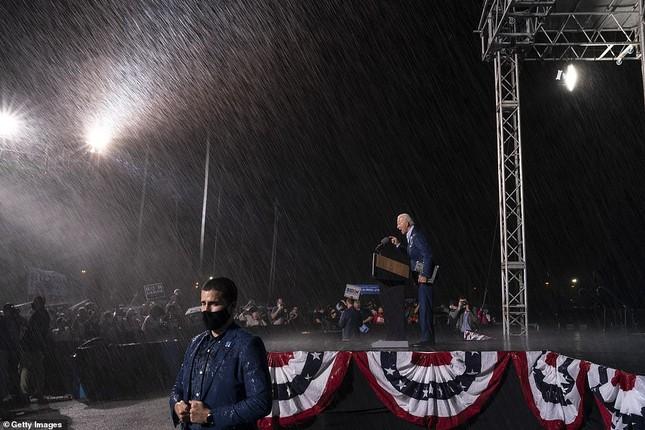 Ông Joe Biden đội mưa vận động cử tri ở bang chiến địa ảnh 8