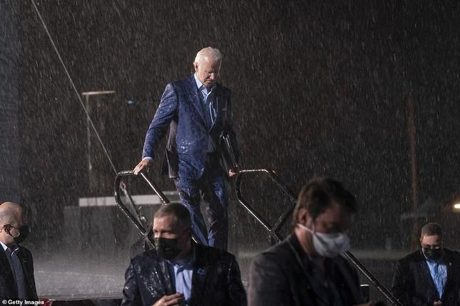 Ông Joe Biden đội mưa vận động cử tri ở bang chiến địa ảnh 10