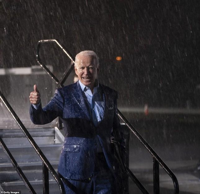 Ông Joe Biden đội mưa vận động cử tri ở bang chiến địa ảnh 11