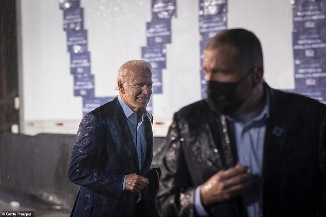 Ông Joe Biden đội mưa vận động cử tri ở bang chiến địa ảnh 12