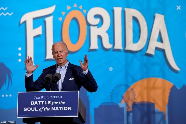 Ông Joe Biden đội mưa vận động cử tri ở bang chiến địa ảnh 1