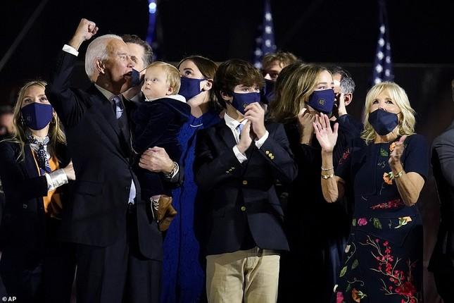 Ông Joe Biden viếng mộ vợ cũ, con trai sau khi nhận tin đắc cử Tổng thống ảnh 10