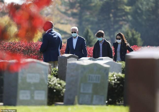 Ông Joe Biden viếng mộ vợ cũ, con trai sau khi nhận tin đắc cử Tổng thống ảnh 2