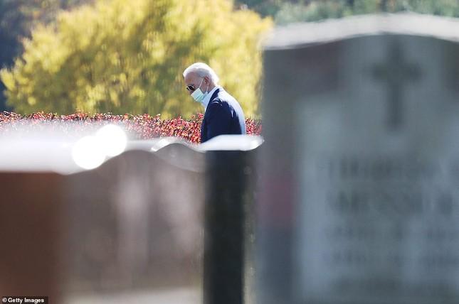 Ông Joe Biden viếng mộ vợ cũ, con trai sau khi nhận tin đắc cử Tổng thống ảnh 3