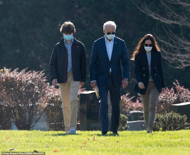 Ông Joe Biden viếng mộ vợ cũ, con trai sau khi nhận tin đắc cử Tổng thống ảnh 1