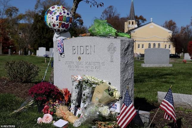 Ông Joe Biden viếng mộ vợ cũ, con trai sau khi nhận tin đắc cử Tổng thống ảnh 8