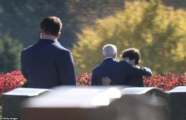 Ông Joe Biden viếng mộ vợ cũ, con trai sau khi nhận tin đắc cử Tổng thống ảnh 6