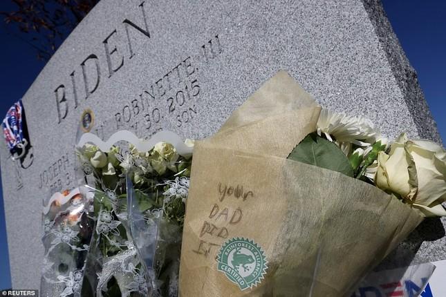 Ông Joe Biden viếng mộ vợ cũ, con trai sau khi nhận tin đắc cử Tổng thống ảnh 9