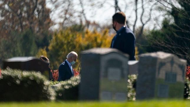 Ông Joe Biden viếng mộ vợ cũ, con trai sau khi nhận tin đắc cử Tổng thống ảnh 7