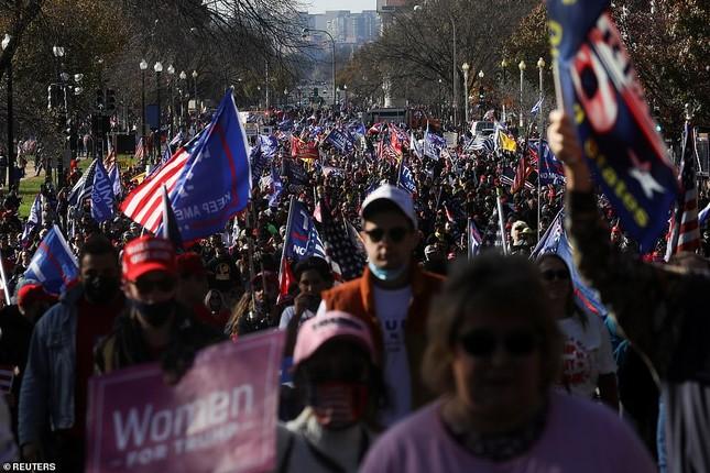 Hàng chục nghìn người đổ về thủ đô tuần hành ủng hộ ông Trump ảnh 7