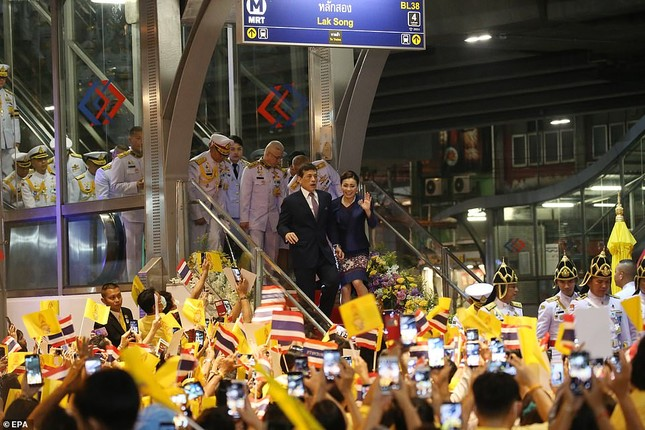 Quốc vương và Hoàng hậu Thái Lan xuất hiện giữa lúc biểu tình lan rộng ảnh 5
