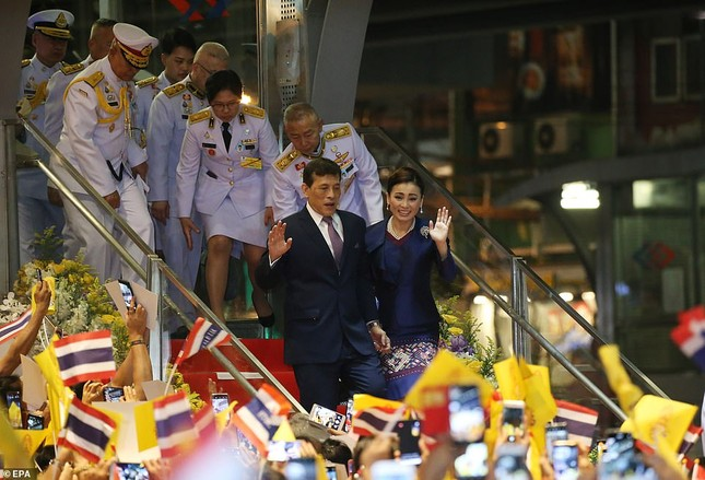 Quốc vương và Hoàng hậu Thái Lan xuất hiện giữa lúc biểu tình lan rộng ảnh 4