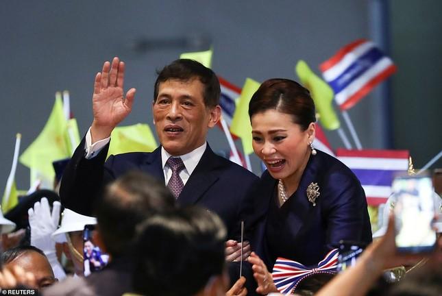 Quốc vương và Hoàng hậu Thái Lan xuất hiện giữa lúc biểu tình lan rộng ảnh 7