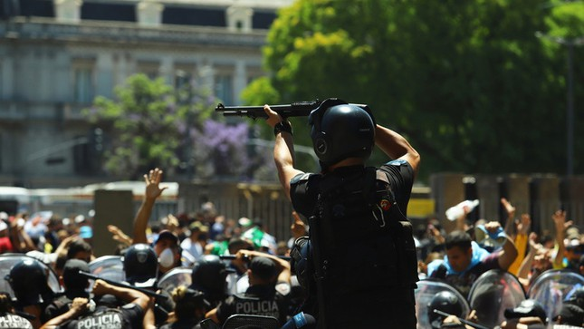 Người hâm mộ đụng độ cảnh sát tại tang lễ huyền thoại Maradona ảnh 2
