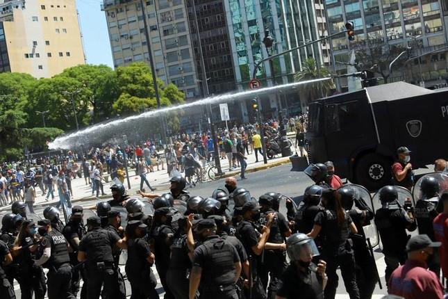 Người hâm mộ đụng độ cảnh sát tại tang lễ huyền thoại Maradona ảnh 1