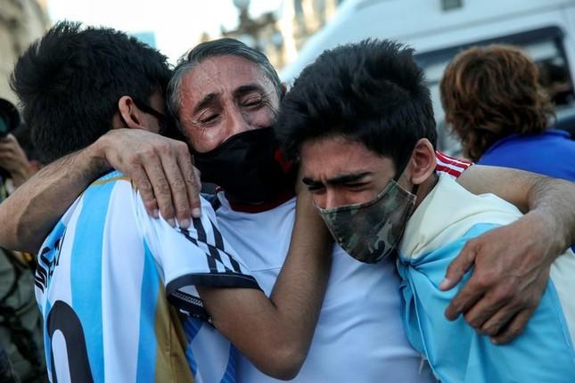 Người hâm mộ đụng độ cảnh sát tại tang lễ huyền thoại Maradona ảnh 6