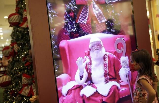 Giáng sinh thời COVID-19: Ông già Noel trong bong bóng, đồ trang trí cũng đeo khẩu trang ảnh 9