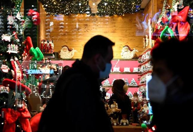 Giáng sinh thời COVID-19: Ông già Noel trong bong bóng, đồ trang trí cũng đeo khẩu trang ảnh 10