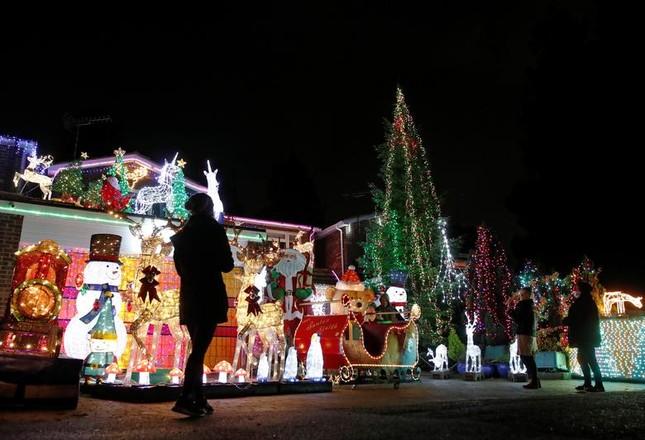 Giáng sinh thời COVID-19: Ông già Noel trong bong bóng, đồ trang trí cũng đeo khẩu trang ảnh 13