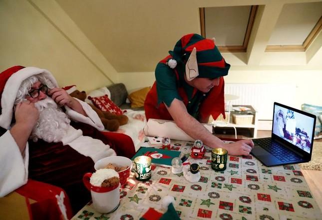 Giáng sinh thời COVID-19: Ông già Noel trong bong bóng, đồ trang trí cũng đeo khẩu trang ảnh 20