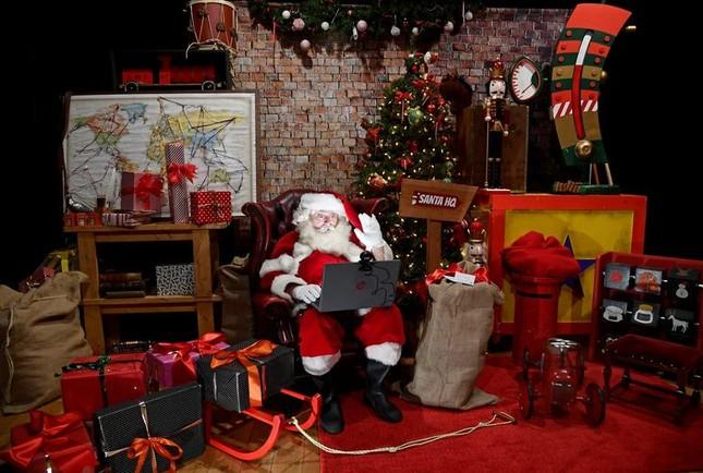 Giáng sinh thời COVID-19: Ông già Noel trong bong bóng, đồ trang trí cũng đeo khẩu trang ảnh 15