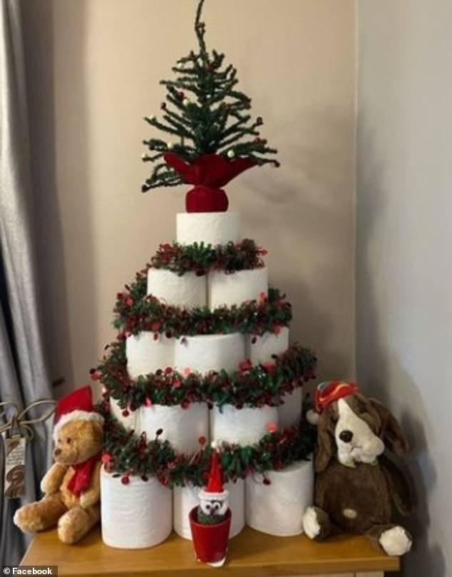 Treo khẩu trang, giấy vệ sinh lên cây thông Noel vì 'ám ảnh' với COVID-19 ảnh 1