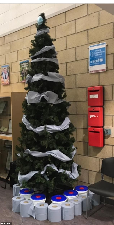 Treo khẩu trang, giấy vệ sinh lên cây thông Noel vì 'ám ảnh' với COVID-19 ảnh 3