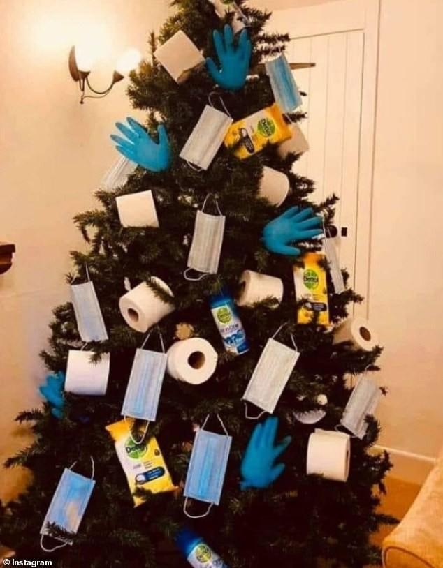 Treo khẩu trang, giấy vệ sinh lên cây thông Noel vì 'ám ảnh' với COVID-19 ảnh 11