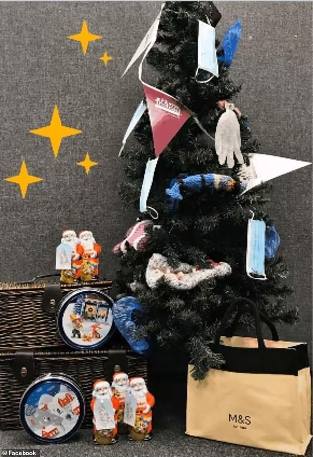 Treo khẩu trang, giấy vệ sinh lên cây thông Noel vì 'ám ảnh' với COVID-19 ảnh 10
