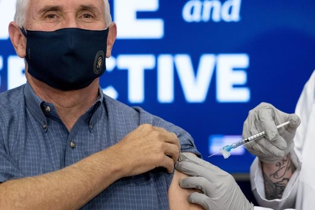 Ông Joe Biden tiêm vắc-xin ngừa COVID-19 trên sóng trực tiếp ảnh 1