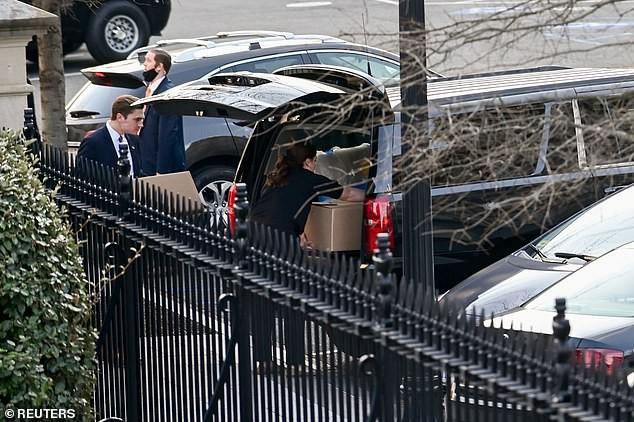 Chuẩn bị rời Nhà Trắng, bà Melania lặng lẽ dọn đồ vì sợ ông Trump nổi giận ảnh 2