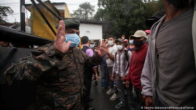 Hàng ngàn người di cư đổ về biên giới Mỹ, chờ chính sách mới của ông Biden ảnh 1