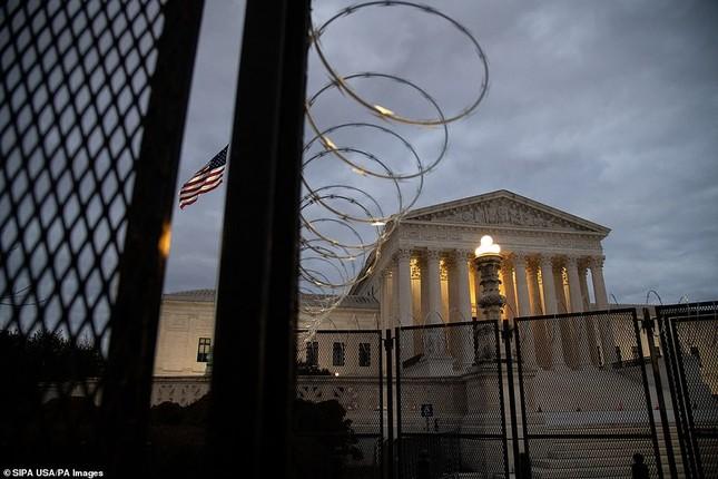 Washington trước lễ nhậm chức: Hàng rào sừng sững như pháo đài, xe Humvee lượn khắp phố ảnh 1